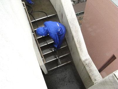 高圧洗浄による階段清掃